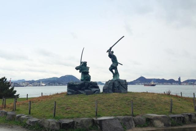 巌流島の宮本武蔵と佐々木小次郎の銅像