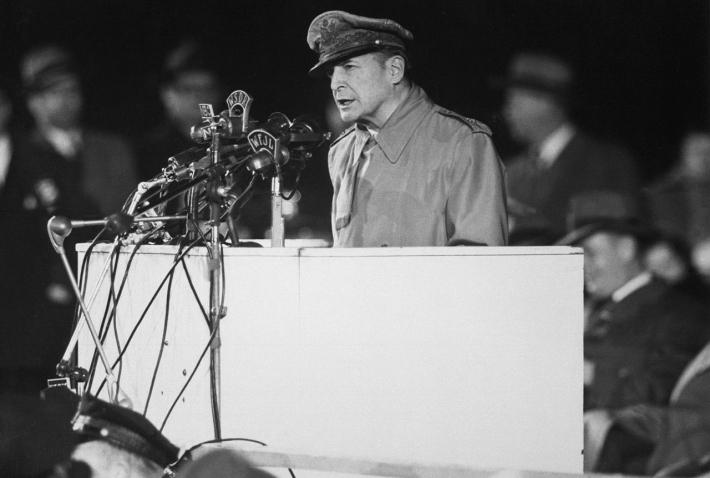 4月19日 「ダグラス・マッカーサー」退役:1951年
